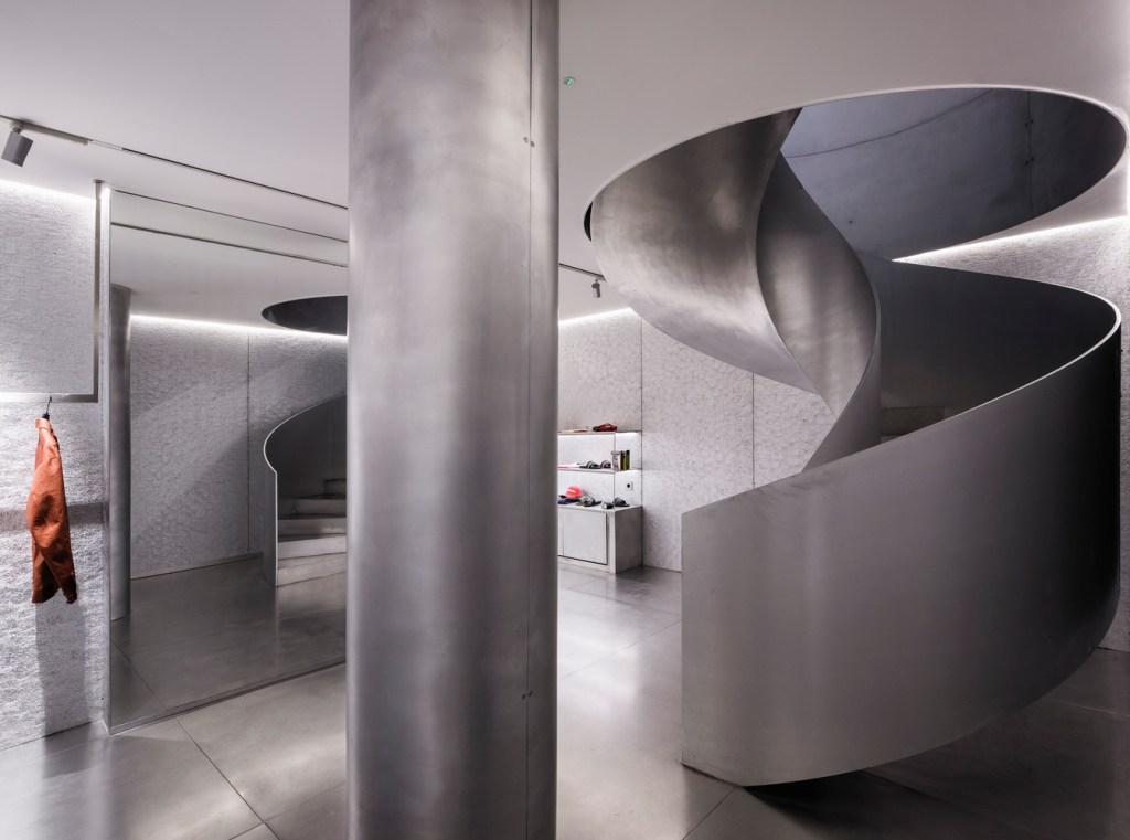 escada em formato helicoidal prata