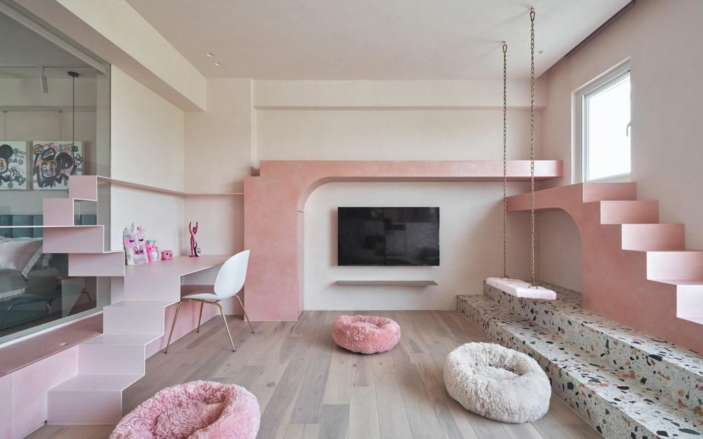 Escada rosa para gato com comprimento em torno das três paredes brancas