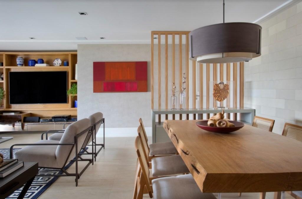 Estar integrado à sala de jantar. Mesa de madeira.