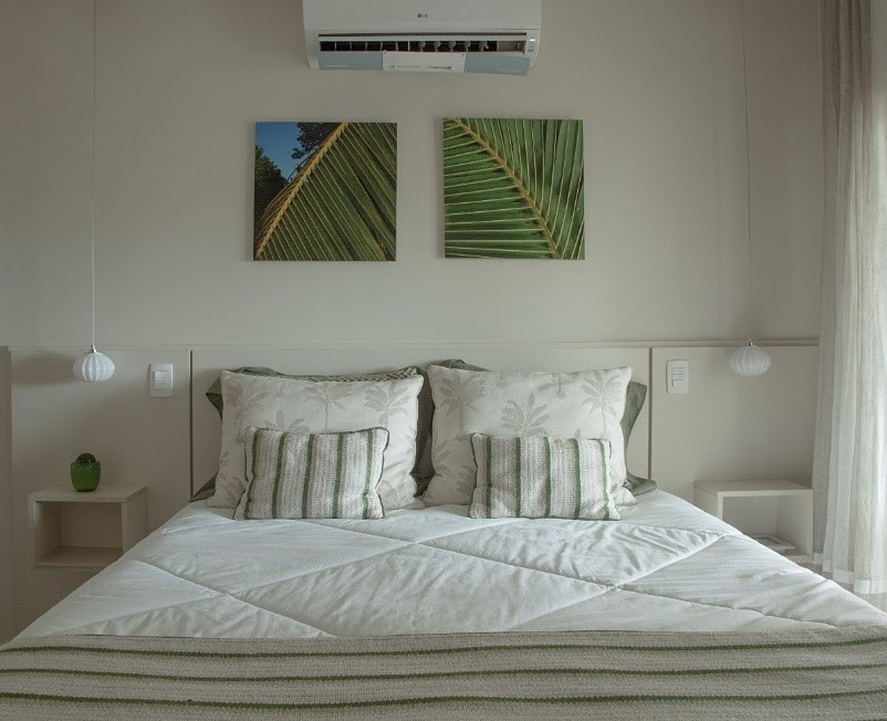 Com paleta neutra, o quarto criado pela designer de interiores Rose Diani tem mesas laterais soltas do piso, otimizando espaço graças a fixação oculta na cabeceira