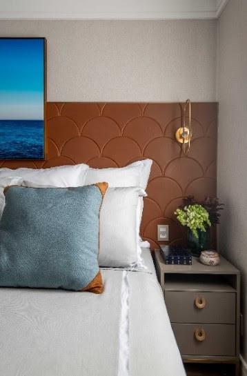 Nesta ideia da designer de interiores Daiane Antinolfi, há mesas de cabeceiras idênticas (SCA Jardim Europa) posicionadas na altura da cama, trazendo sofisticação ao quarto