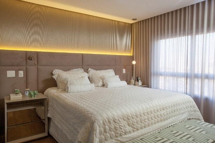 A arquiteta Patricia Cardoso de Mello usou led para valorizar a cabeceira estofada e o painel que veste a parede deste quarto de casal com mesa lateral espelhada