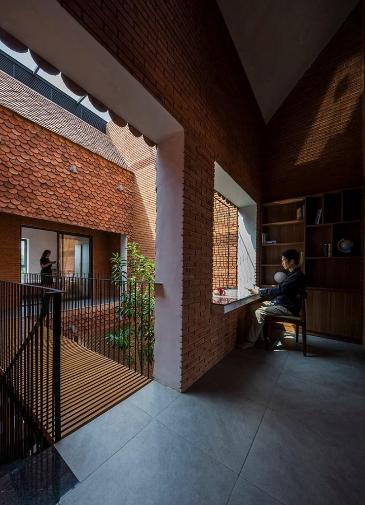 Escritório com acesso para as demais áreas da casa revestida em tijolo