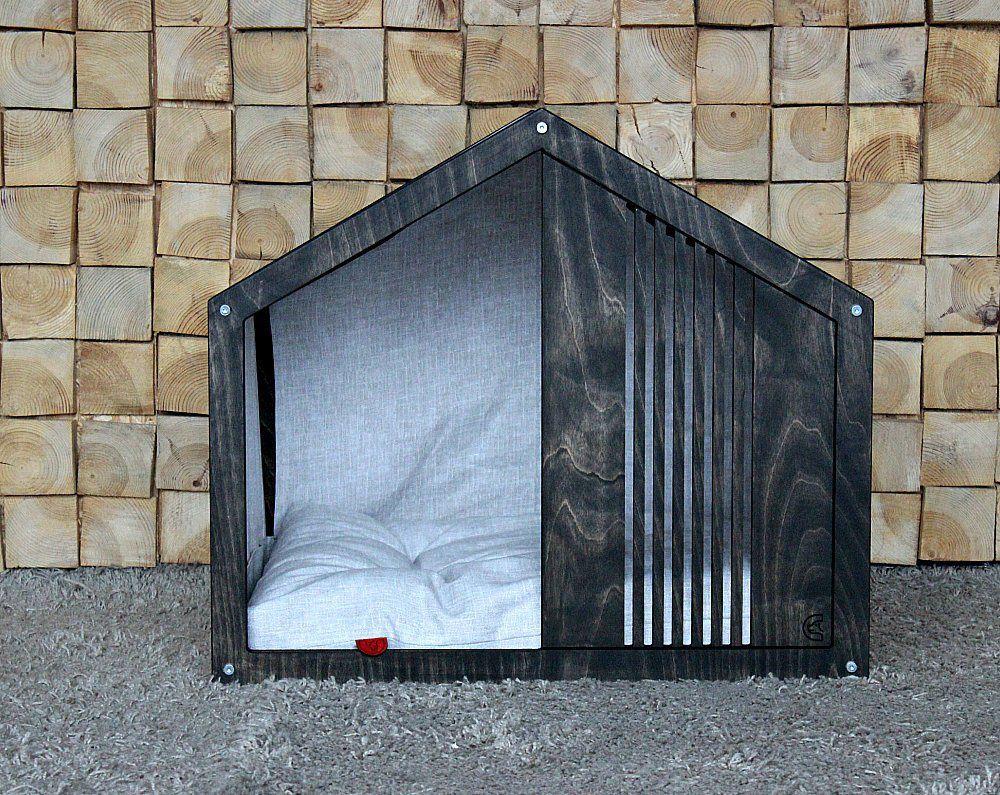 Casinha para cachorro com formato triangular clássico, com uma almofada branca dentro