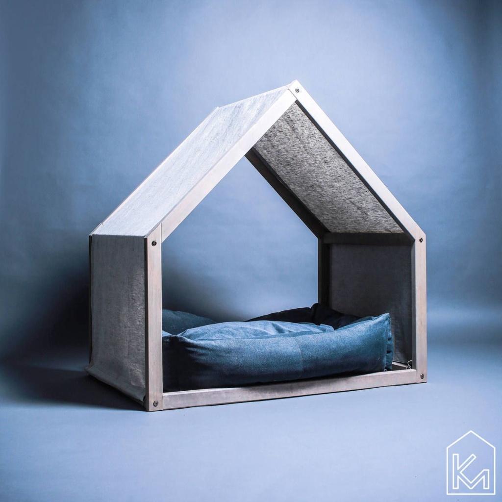 Casinha de cachorro com formato clássico, sem fundo, com uma almofada na parte do chão