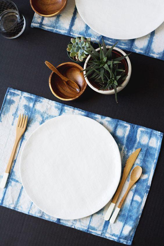 Mesa posta com tecidos em estilo tie-dye shibori