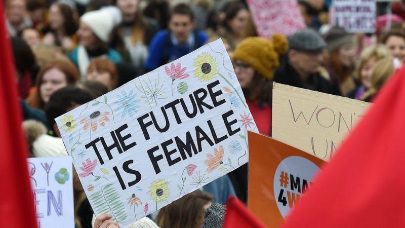 """Cartaz de manifestação em Londres escrito """"o futuro é feminino"""""""
