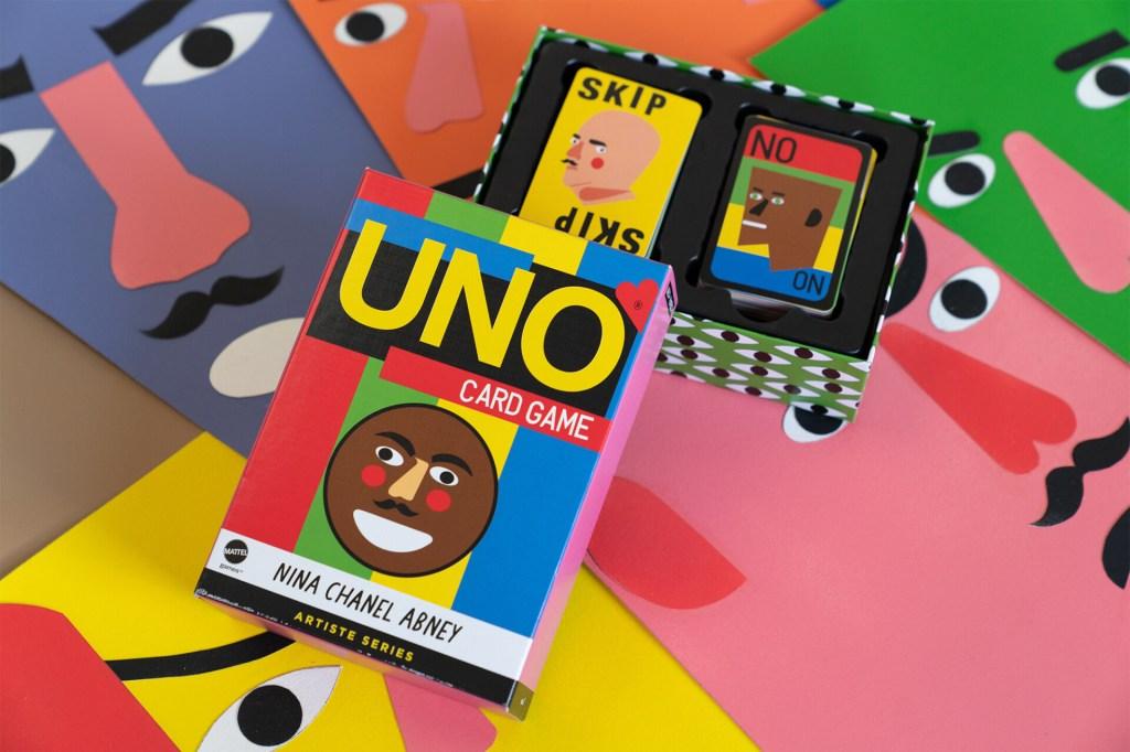 Fundo de rosto de papel colorido com uma caixa de jogo aberta, a superior colorida, e a parte inferior com dois decks de cartas viradas para cima, com uma carta escrito Skip e a outra No.