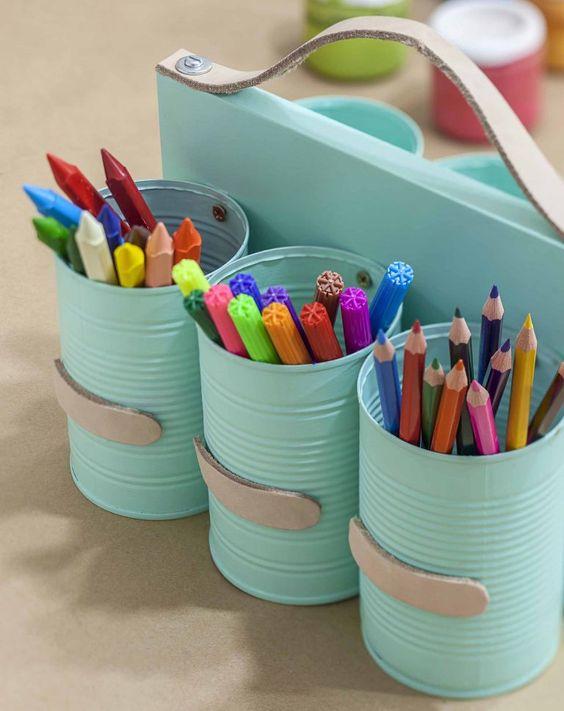 porta lápis feito com lata para organizar a mesa