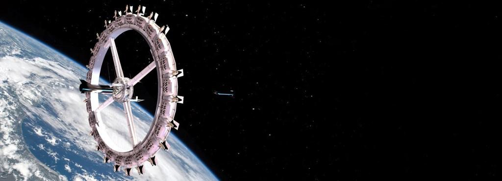 Estação espacial em órbita com a maio parte da imagem sendo o espaço, escuro, e o fundo atrás da estação sendo a Terra