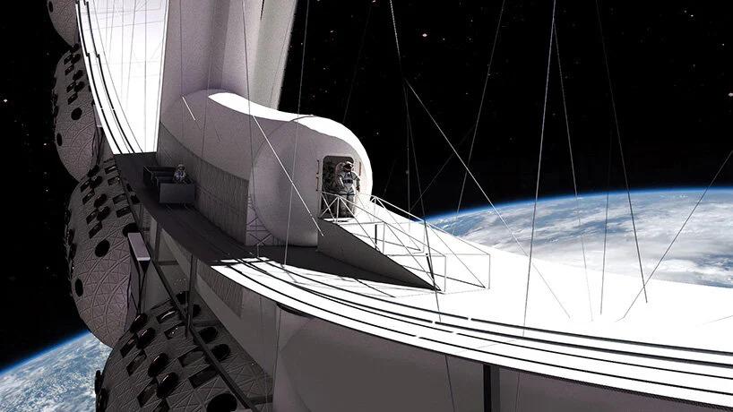 Zoom da estação espacial em órbita, com um astronauta saindo por uma das portas.
