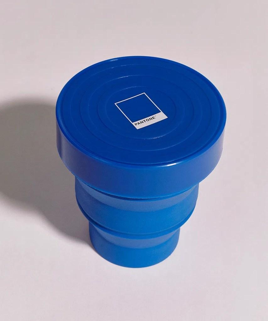 Copo retrátil azul com etiqueta da pantone