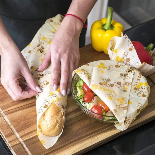 Sanduíche sendo embalado com embrulho reutilizável