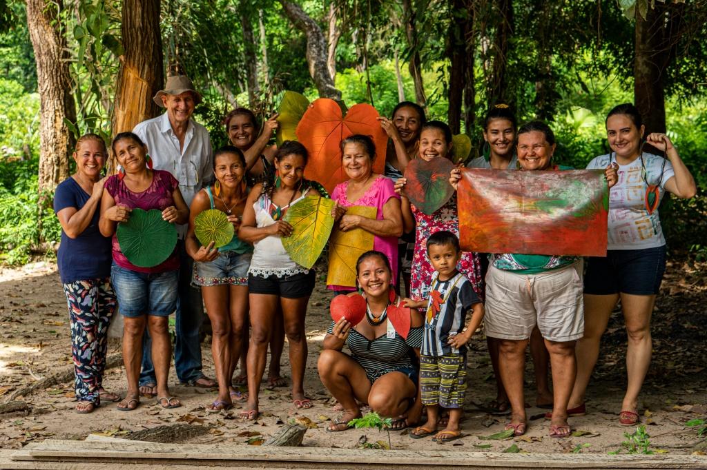 Pessoas com sousplat feitos de látex da Amazônia pela Seringô