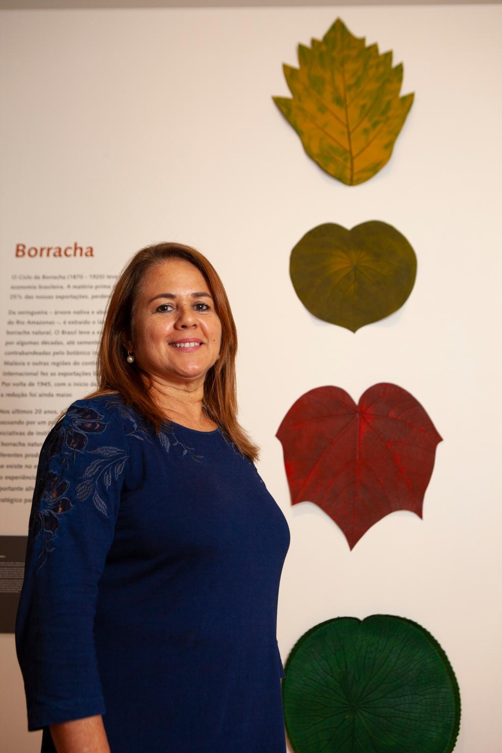 Mulher artesã com sousplat feitos de látex da Amazônia pela Seringô
