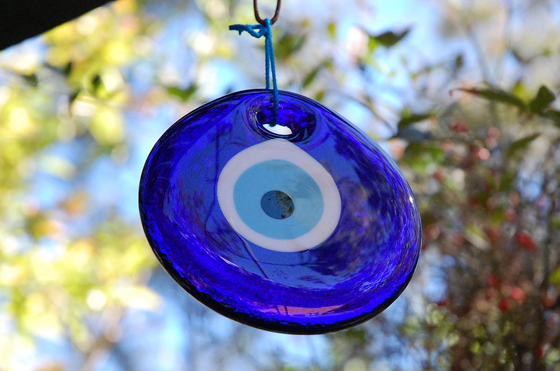 Olho grego de vidro pendurado no batente de janela