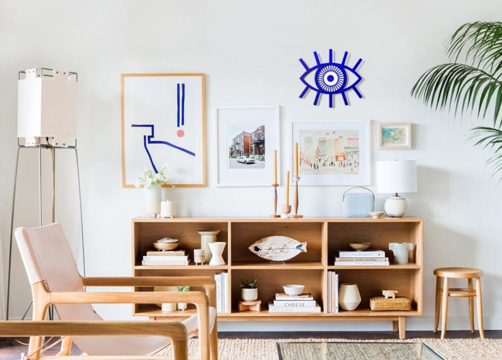 Sala com mobiliário de madeira e olho grego na parede