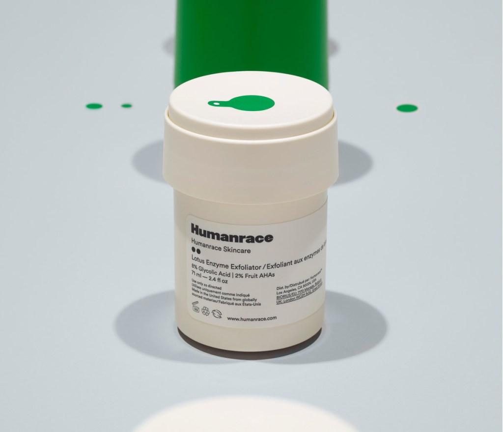 Produto de cuidado facial, com embalagem branca, cilíndrica em fundo branco azulado