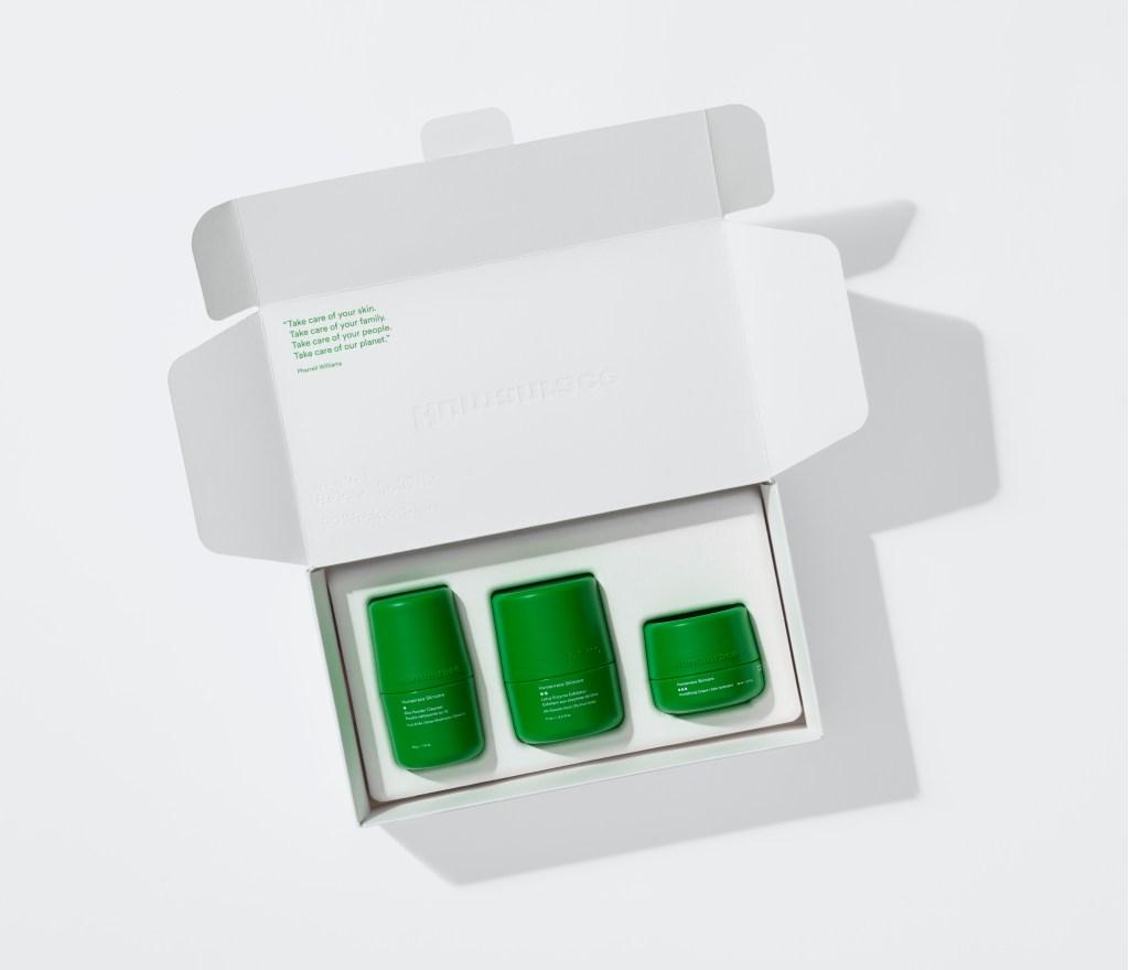 Caixa branco aberta com os três produtos de cuidado facial, de embalagens verdes.