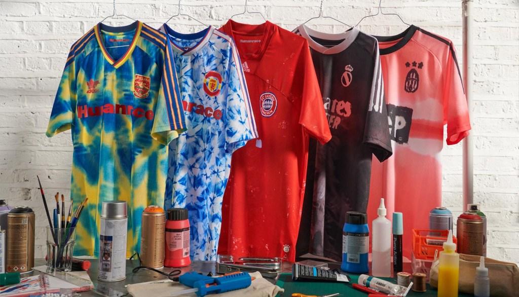 Cinco camisas de times de futebol europeus, coloridas e penduradas em uma arara.