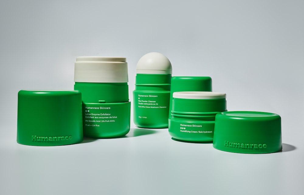 Produto de cuidado facial, com embalagem verde abertas, cilíndrica em fundo branco azulado