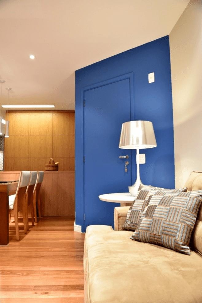 Apartamento com porta colorida azul