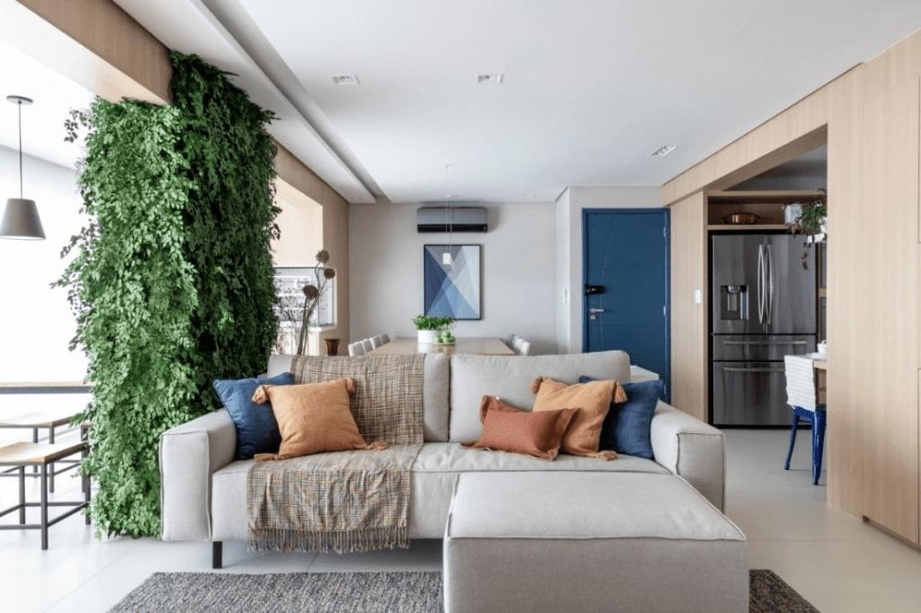 Sala de estar com porta de entrada colorida azul