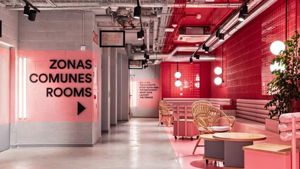 Sala vermelha, com cadeiras e móveis em um tom de rosa mais claro