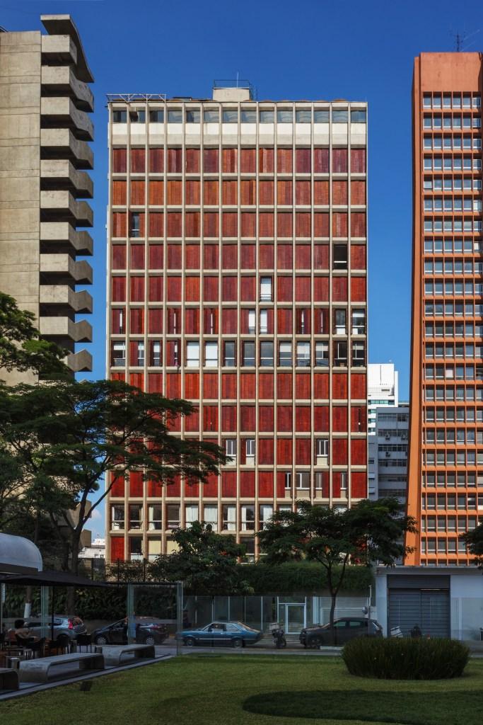 Fachada de prédio com muxarabis. Alguns abertos outros fechados