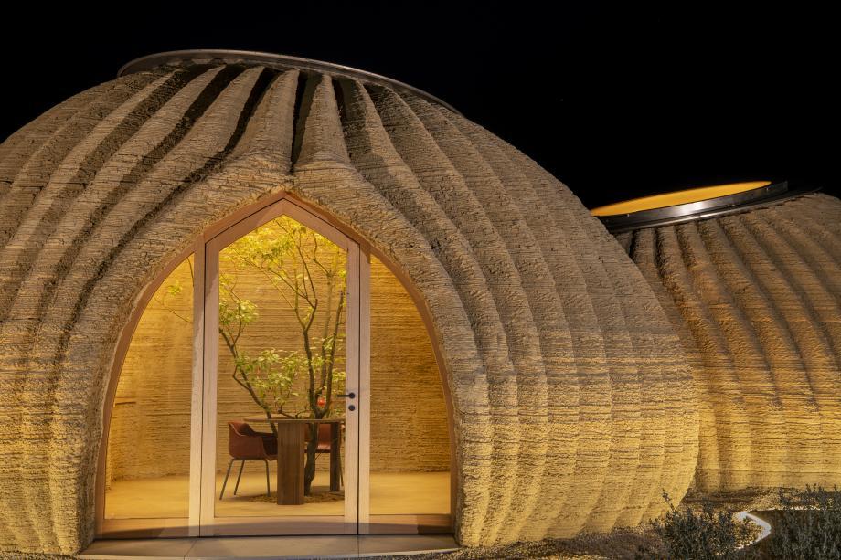 Lado externo do habitat em formato de iglu, com sulcos longitudinais e porta em arco