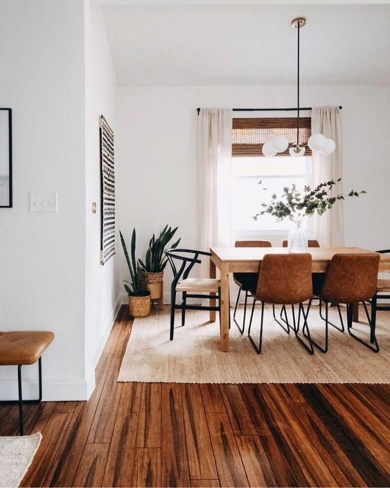 sala de jantar com piso de madeira e tapete bege