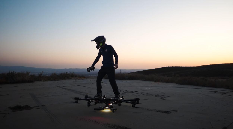 Com este drone você pode andar de skate voando