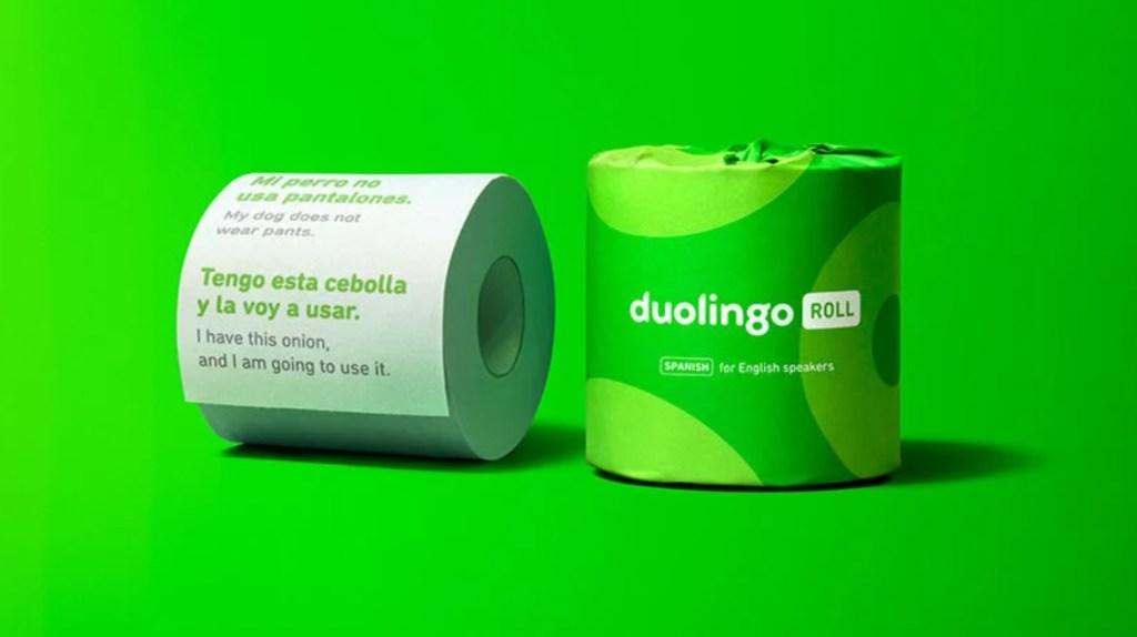 Rolo de papel higiênico verde fechado. Ao lado, rolo de papel higiênico aberto com frase em espanhol escrita.