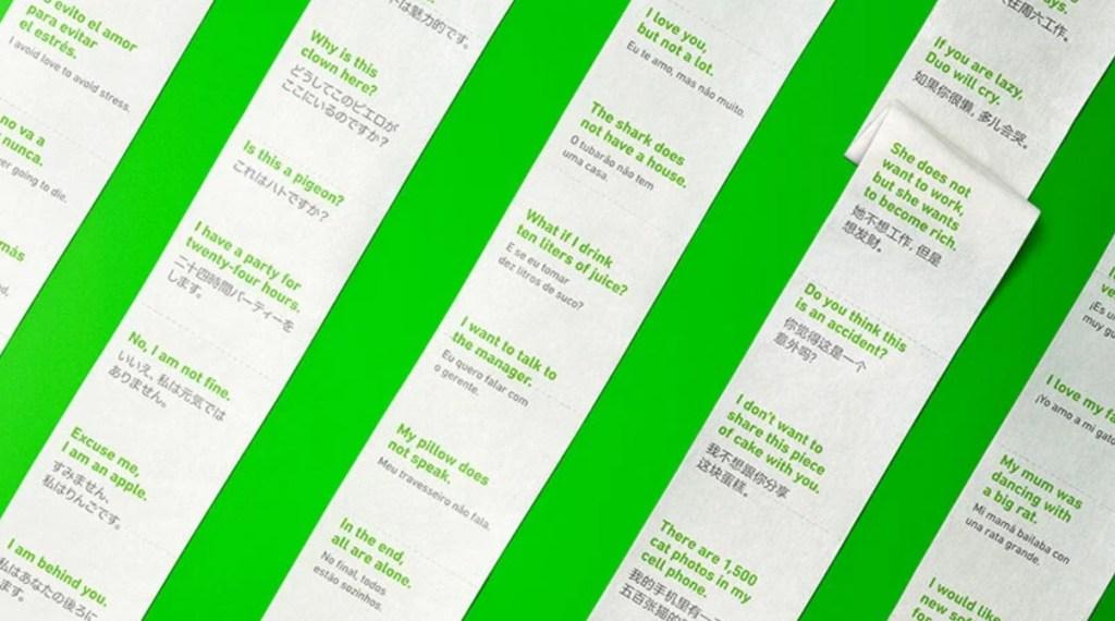 Rolos estendidos de papel higiênico com frases em espanhol escritass