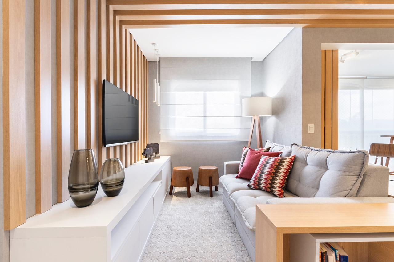 Tons neutros, integração e luz natural são destaques neste apê de 75 m²