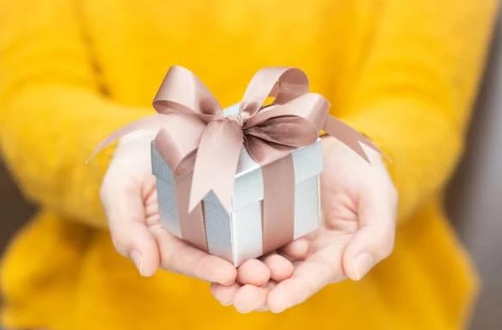 35 dicas de presentes de até 100 reais para homens e mulheres