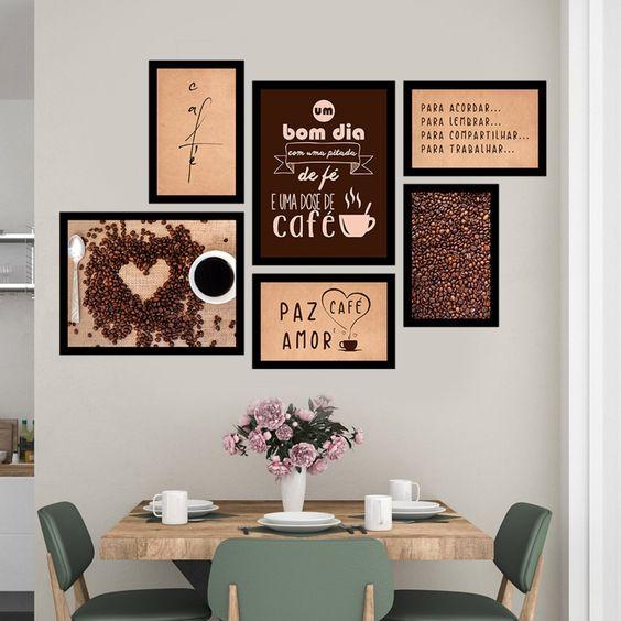 """Mesa em madeira posta para café da manhã com três cadeiras verdes. Quadros na parede com frases de """"bom dia"""" e grãos de café"""