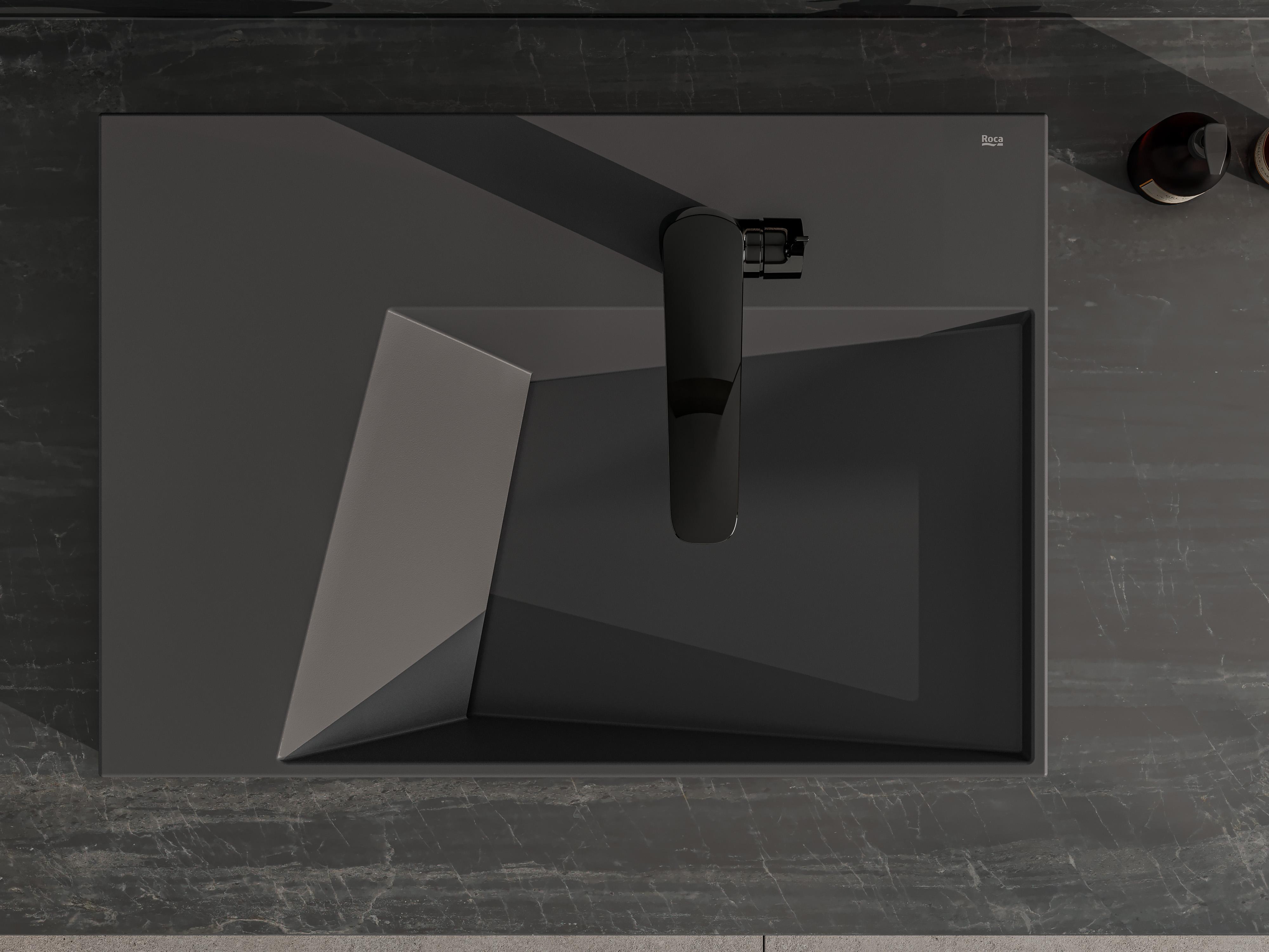 Cuba horizon geometric preta fotografada de cima. Espaço para água em formato de trapézio