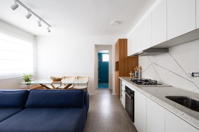 Sofá é peça chave na integração do estúdio de 36m² no Centro de São Paulo