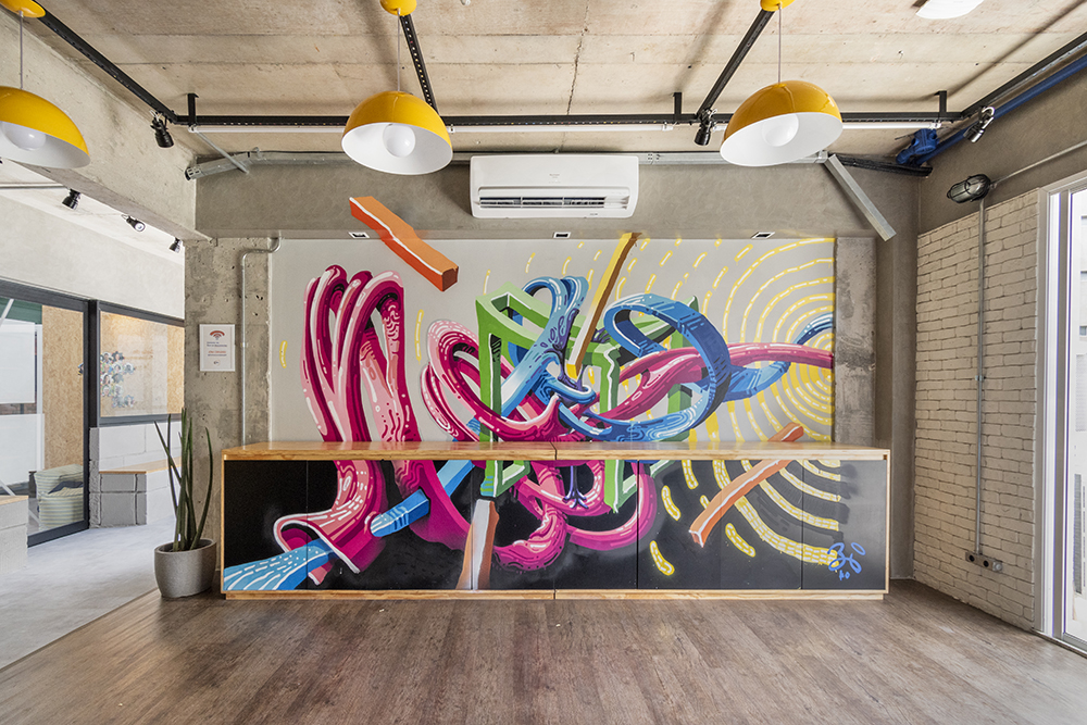 Sala com mural colorido.
