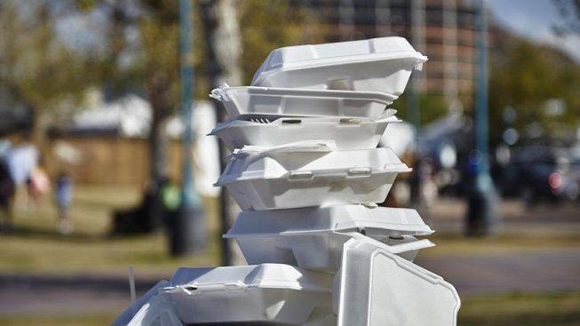 Caixas de isopor brancas usadas empilhadas