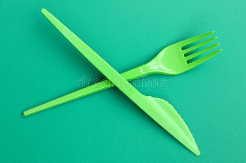 Dois talheres verdes de plástico