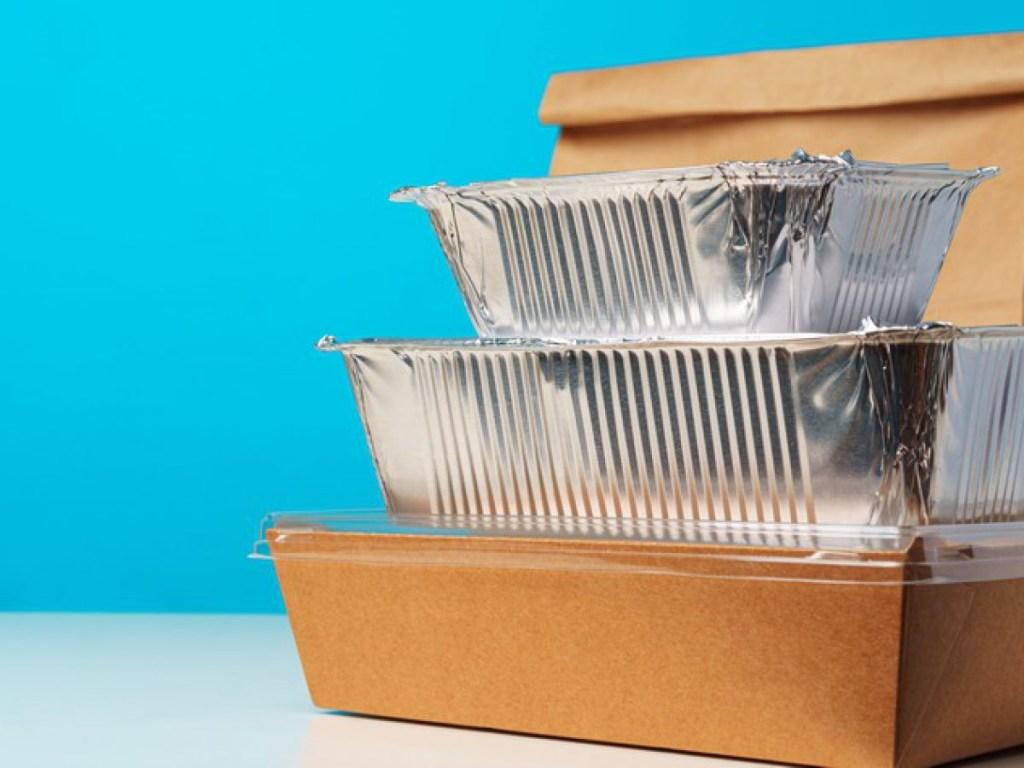 Caixa de papelão para comida. Marmita de alumínio.