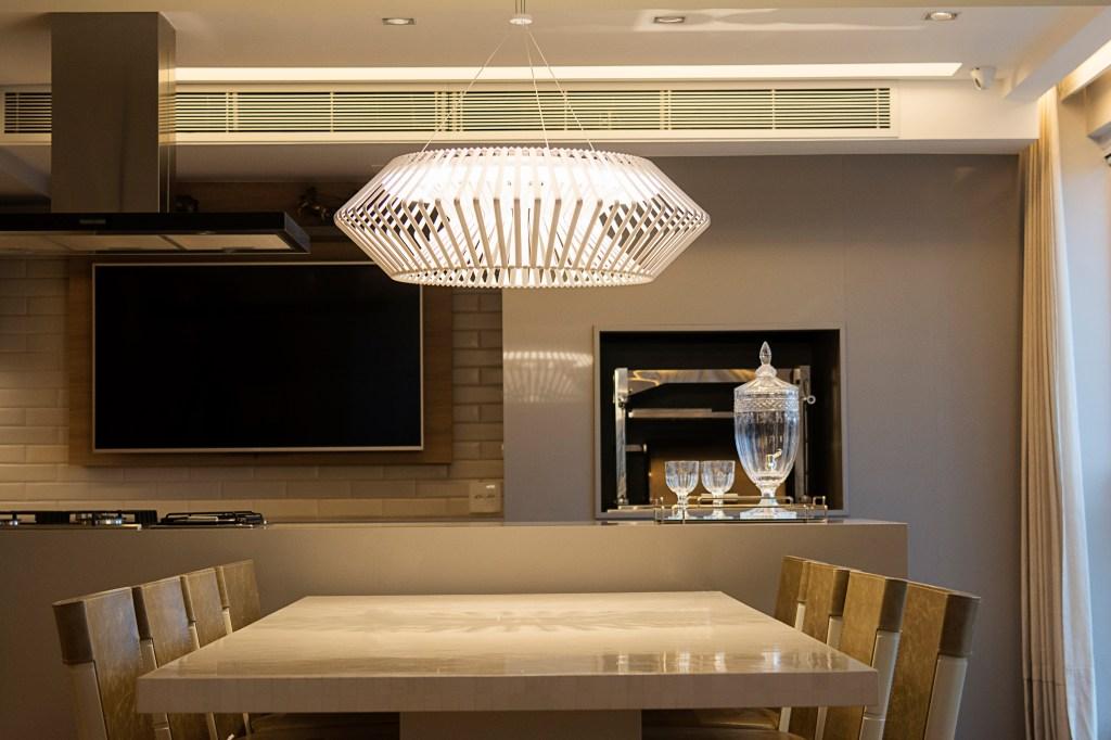 Pendente com LED da Yamamura integrado em sala de jantar