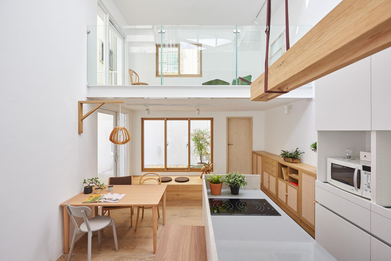 Casa de dois andares com décor de base neutra