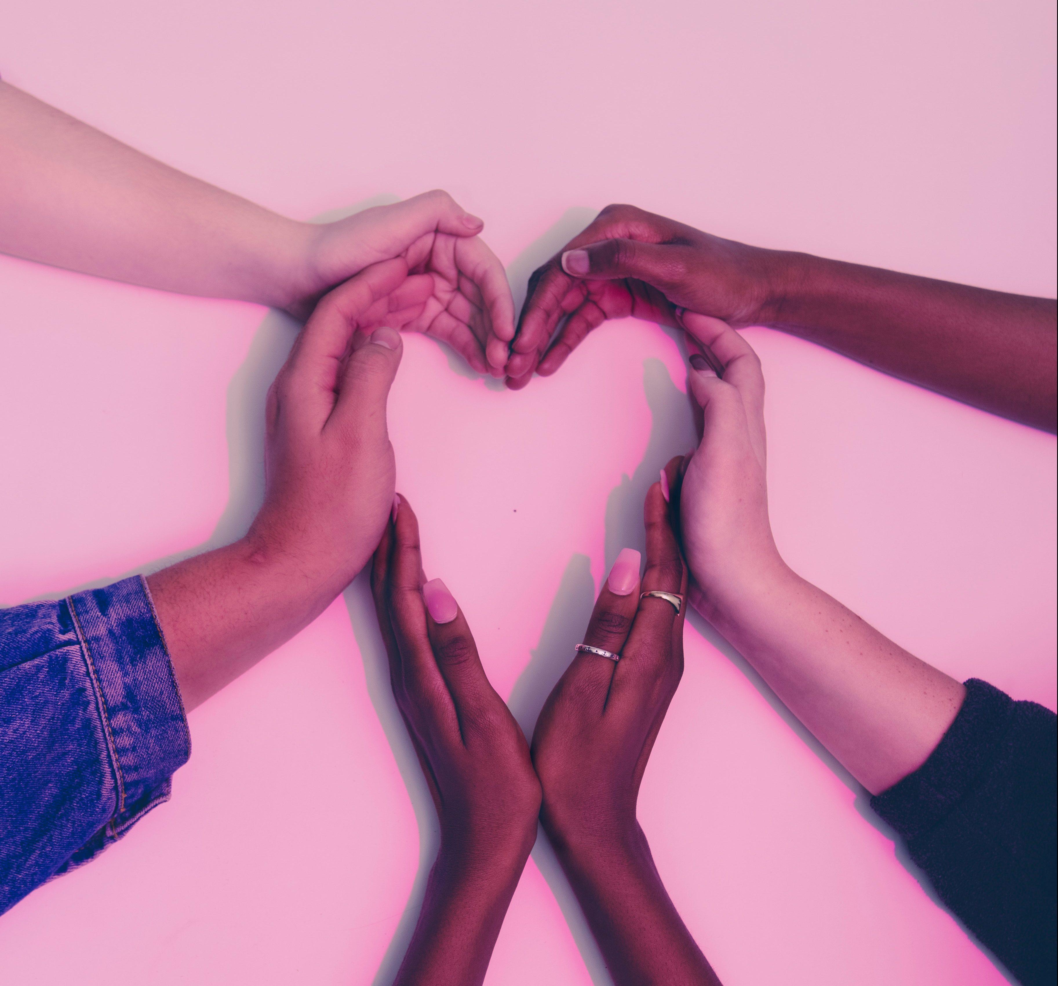 Mãos diferentes formando um coração