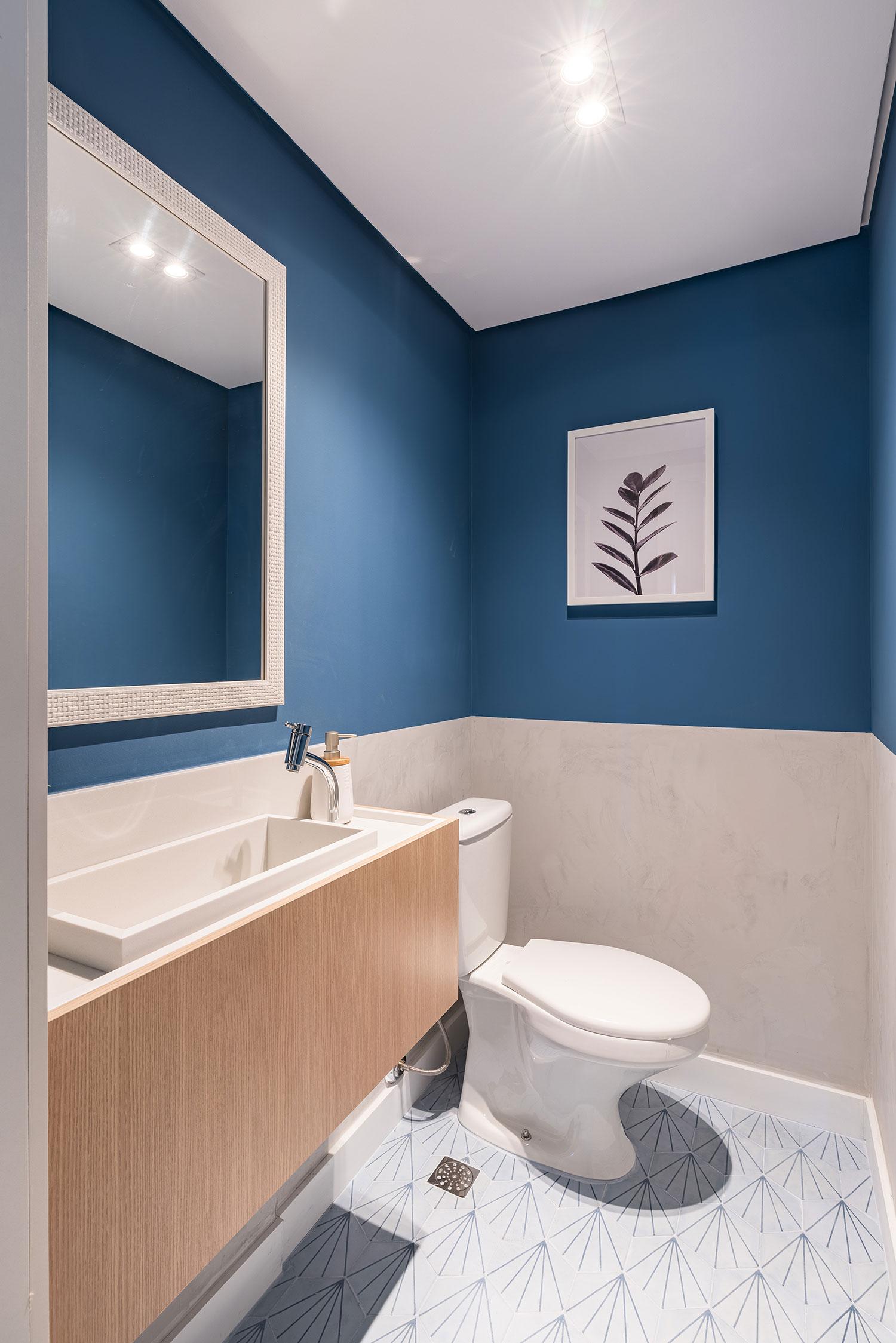 Banheiro com cores azul e branca