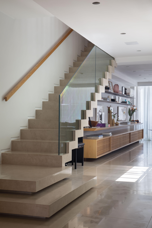 Escada de limestone e guarda-corpo de vidro transparente