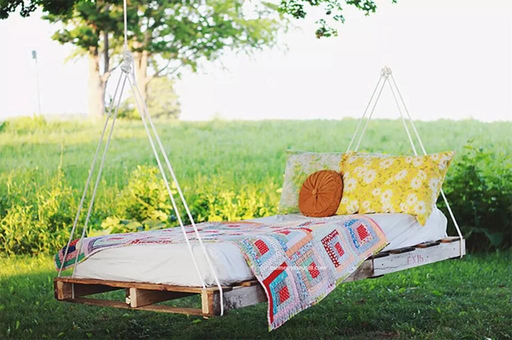 Balanço feito com pallet/palete, com colchão em cima