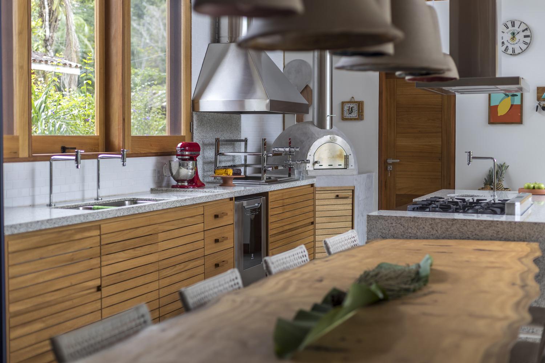 Cozinha e sala de jantar com presença de muita madeira de casa